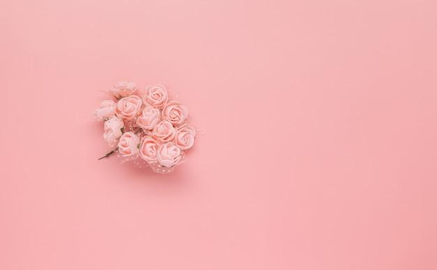 Узор из розовых цветов на розовом фоне. Premium Фотографии