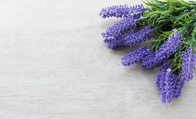 休日のラベンダーの花との国境バナー Premium写真