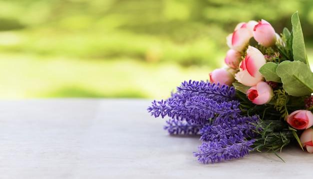 バラとラベンダーの花との国境バナー Premium写真
