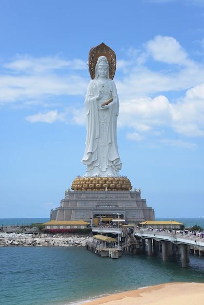 海の上の中国の海南島の女神観音南山の仏文化像 Premium写真