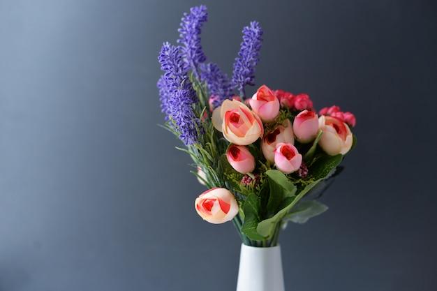 バラと白い花瓶のラベンダーからの花の花束 Premium写真