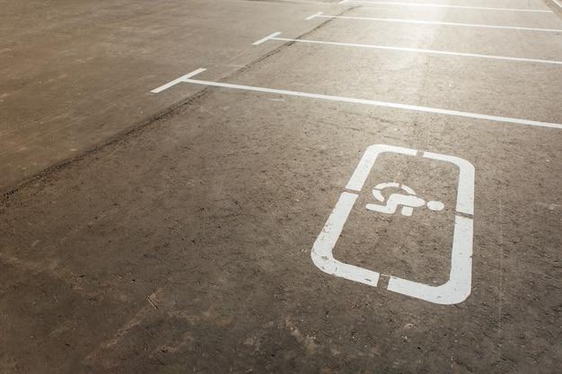 Знак для инвалидов и парковочная разметка Premium Фотографии