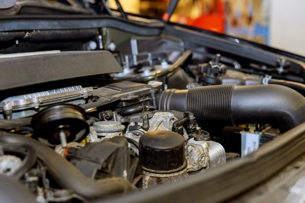 ガレージで古くて汚い車のエンジン。 Premium写真