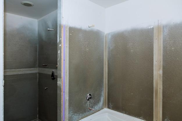 バスルームは新しいアパートを仕上げています。配管、蛇口、水の修理および設置 Premium写真