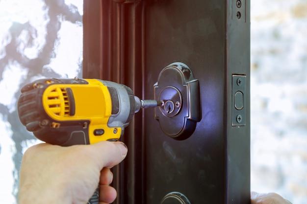 ドアハンドルをロックで取り付ける Premium写真