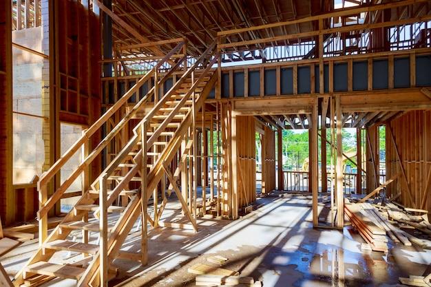 деревянный каркас дома под балкой фото премиум скачать