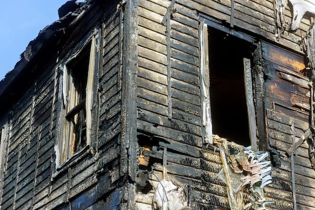 家への劇的な激しい破壊。火災後のあらゆる防火テーマに役立つ画像 Premium写真