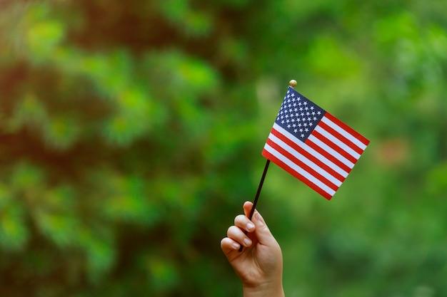 彼女の手でアメリカの国旗と独立記念日、国旗の日の概念 Premium写真