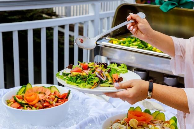 ギリシャ風野菜サラダのトップビュー新鮮な健康的な春のサラダボウル Premium写真
