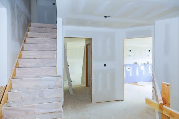 内部の家の変更は建設時に石膏ボードの天井を動作します Premium写真