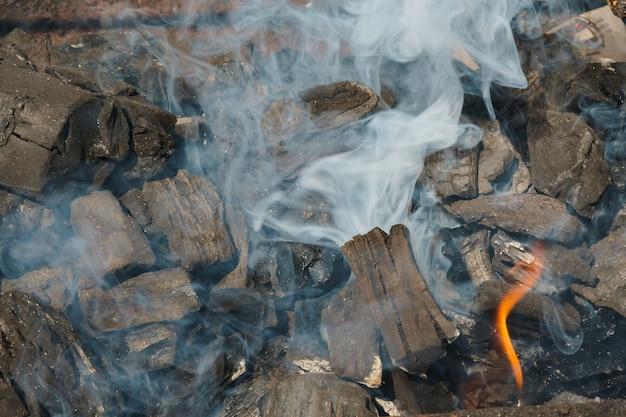 Уголь угли макро фон или текстура черный Premium Фотографии