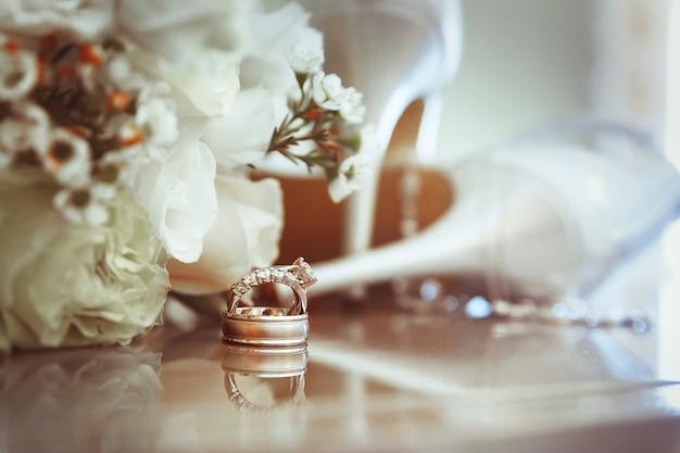 結婚指輪とハイヒールのサンダル Premium写真