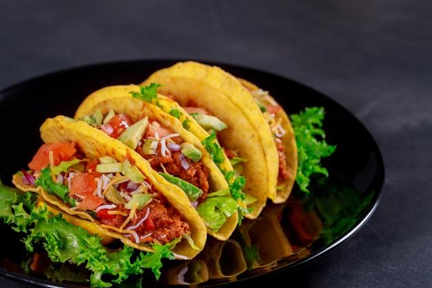 野菜のベジタリアンラップサンドイッチとメキシコのタコス Premium写真