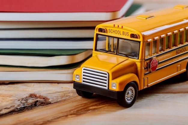 学校のコンセプトに戻る、色ペン、コピーブック、グッズ黄色スクールバスウッドの背景 Premium写真