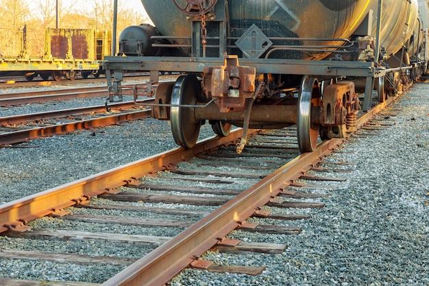 鉄道駅での貨物貨車 Premium写真
