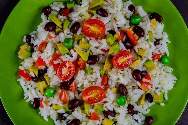 Рис отварной, авокадо, салат из свежих овощей, помидоры черри вкусный и полезный завтрак Premium Фотографии