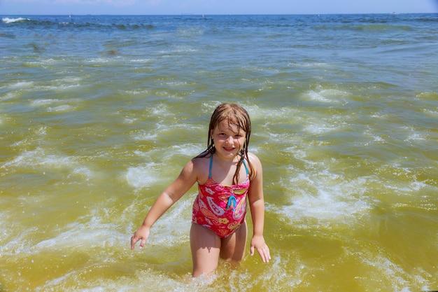 水で泳ぐの幸せな女の子 Premium写真