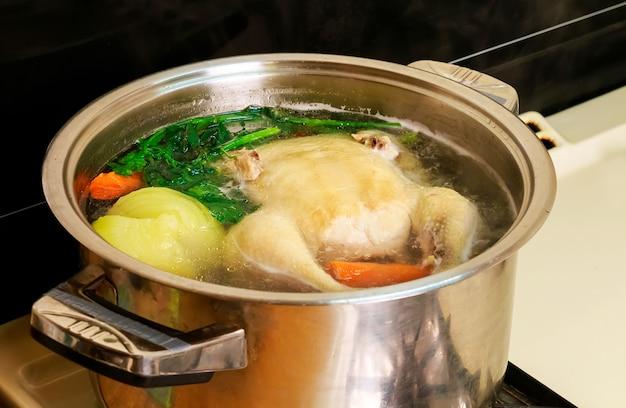チキンスープ、鍋 Premium写真