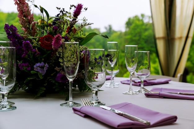 Красиво сервированный столик в ресторане Premium Фотографии