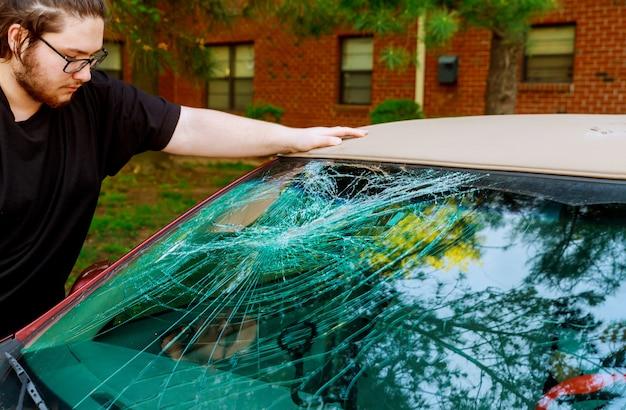 ガラスが割れて車の前の道路で事故 Premium写真