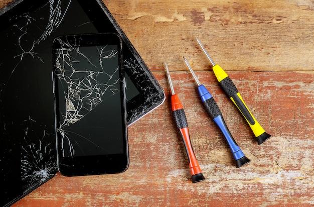タブレットとスマートフォンの作業平面図を修復します。 Premium写真