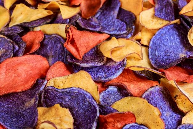 古い青いプレートのビートとニンジンの塩味のチップス。 Premium写真