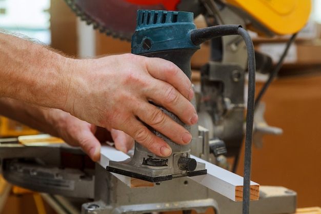 電気ルーターを使って縞模様を減らす労働者 Premium写真