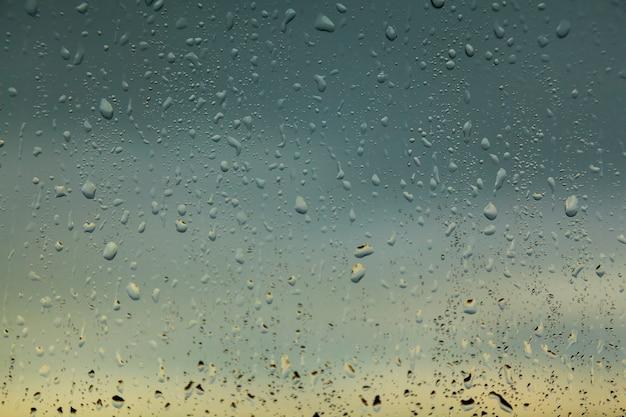 雨上がりの窓に水滴 Premium写真