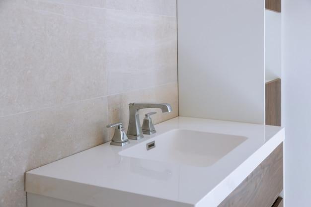 洗面台、蛇口付きのバスルームのインテリア。 Premium写真