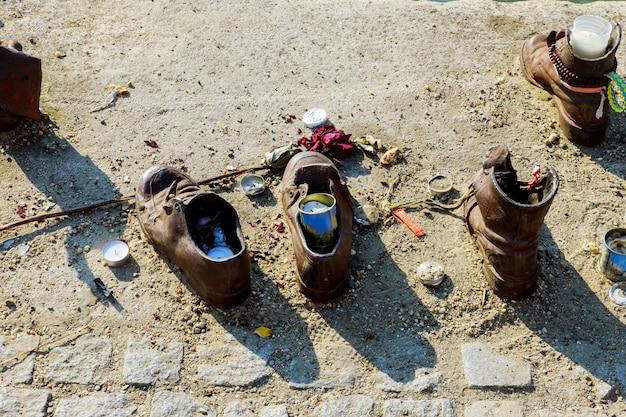 ブダペスト、ハンガリーのドナウ川に人の靴をユダヤ人記念碑 Premium写真