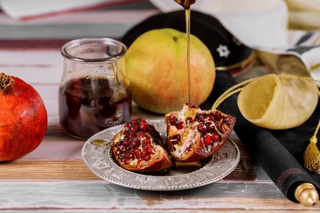 Яблоки, гранат и мед для книги торы рош ха-шана Premium Фотографии