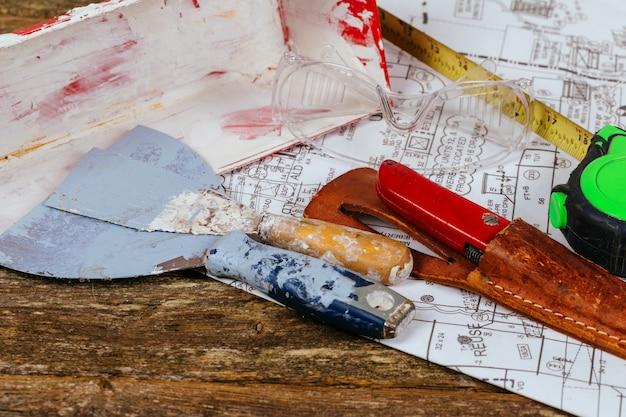 各種石膏ツールと建設と改修の概念にヘラのセット。 Premium写真