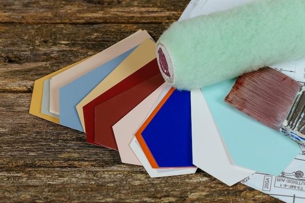 白のローラー、図面、ペイントブラシ、カラーガイド Premium写真