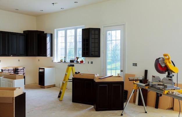 現代のキッチンに新しい誘導ホブを設置する Premium写真