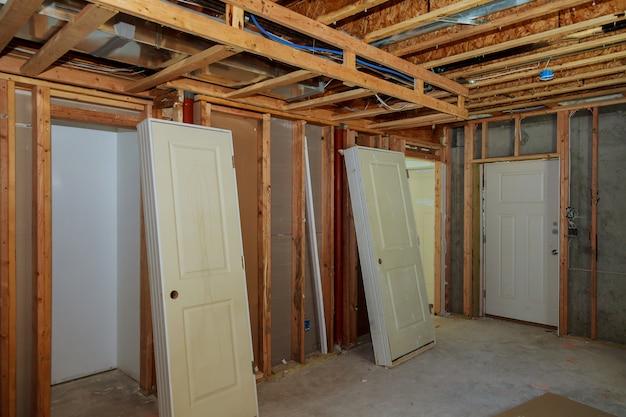 未完成の木造建物または家 Premium写真