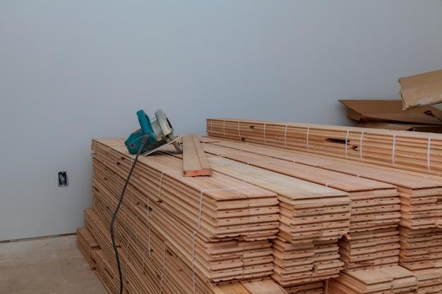 切断用の円形の寄せ木張りの板 Premium写真