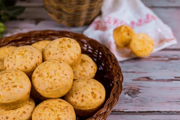アルゼンチンチーズパン、チパのバスケット。 Premium写真
