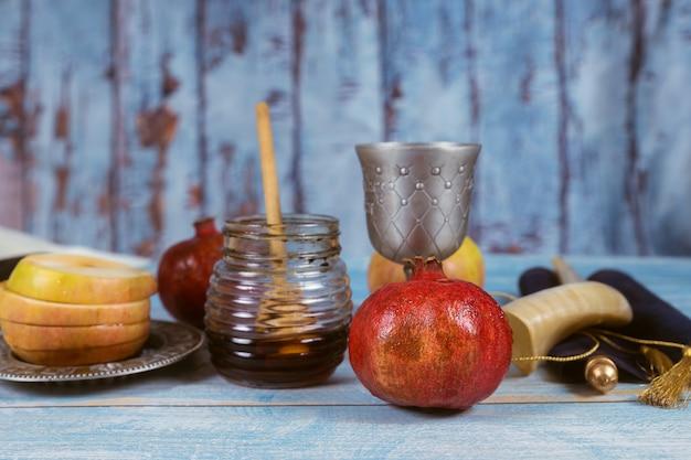 Еврейский праздник рош ха-шана мед и яблоки с гранатом Premium Фотографии