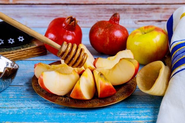 А берет с медом ломтик яблока и гранатовый праздник рош ха-шана Premium Фотографии