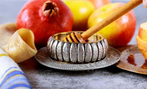Яблоко и мед, кошерная традиционная еда еврейского нового года рош ха-шана талит и шофар Premium Фотографии