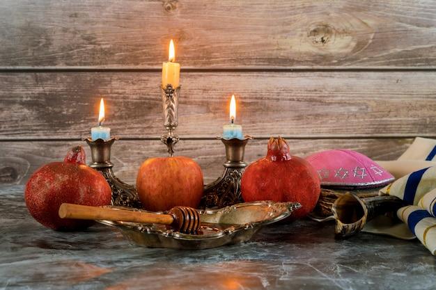 Медовая банка и свежие спелые яблоки. еврейские новогодние символы. рош ха-шана Premium Фотографии