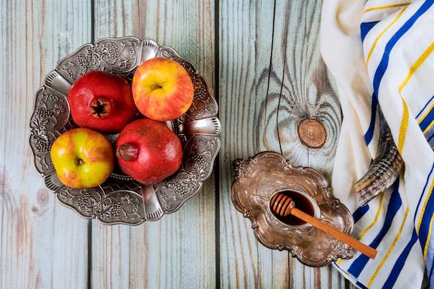 Шофар и талит со стеклянным медом и свежими спелыми яблоками. еврейские новогодние символы. рош ха-шана Premium Фотографии