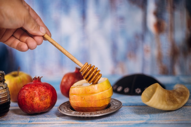 Мед на гранате и яблоки Premium Фотографии