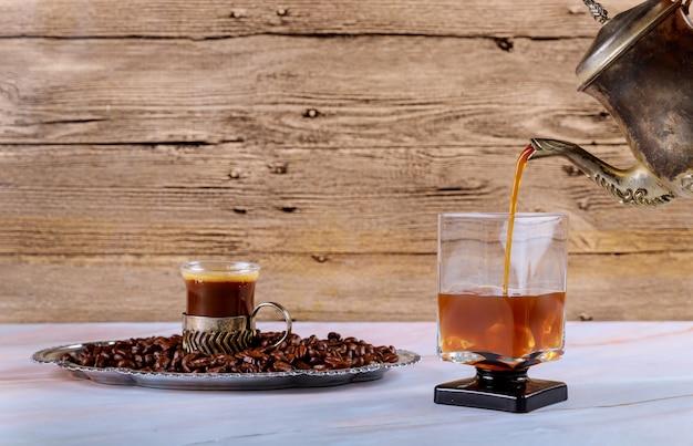 冷たい醸造アイスコーヒーを注ぐ Premium写真