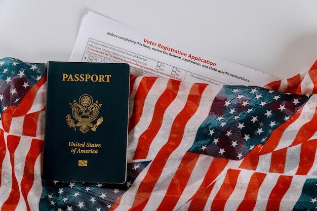 米国旗に米国のパスポートを使用した大統領選挙の有権者登録申請書 Premium写真