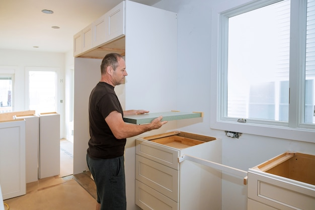 キッチンの改造にラミネートカウンタートップの請負業者をインストールします。 Premium写真