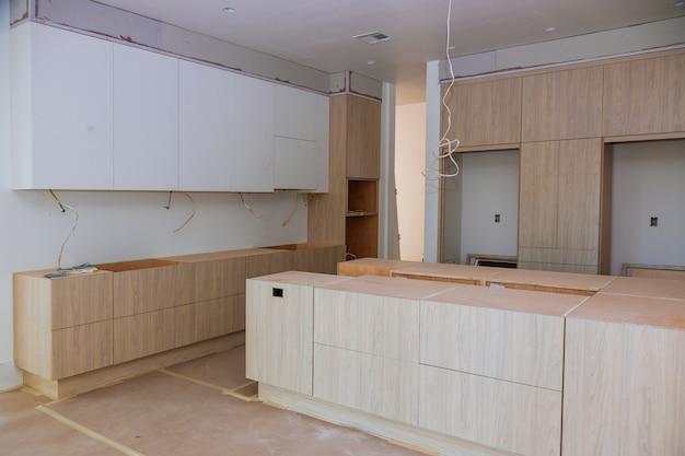 新しいキッチンキャビネットにインストールされているホーム改善キッチンビュー Premium写真