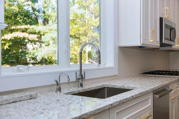 ストーブの上にアプライアンス、キッチン白いキャビネットと大理石のカウンターとモダンなキッチンのインテリア Premium写真