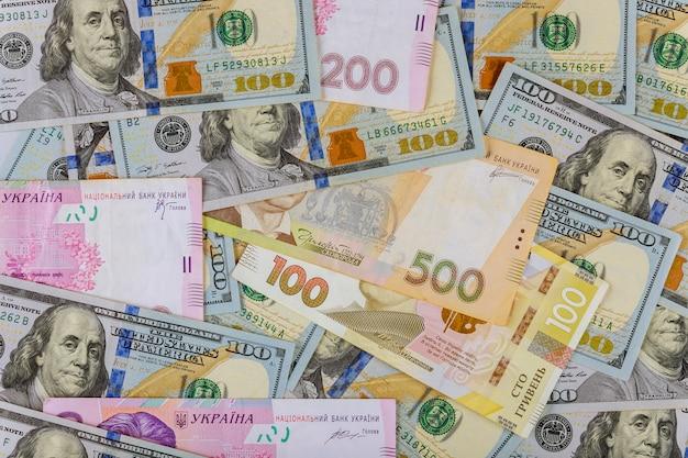 現金お金金融投資アメリカのドル紙幣とウクライナのお金。 Premium写真