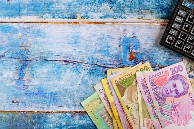 ウクライナのお金グリブナ国の通貨電卓会計の背景。 Premium写真
